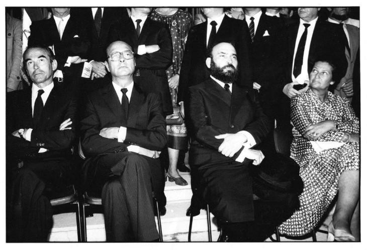 Badinter, Chirac et Simone Weil entourent le Rabbin Sirat au mémorial, 1982