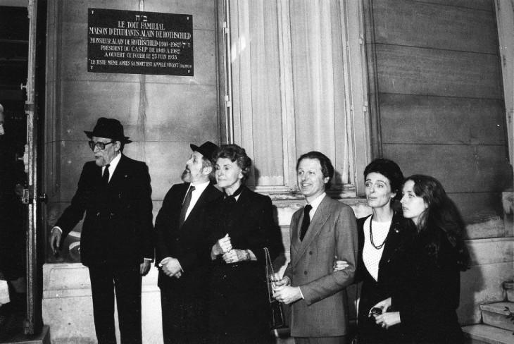 Les rabbins Kaplan et Goldman avec M. de Rothschild, circa 1980