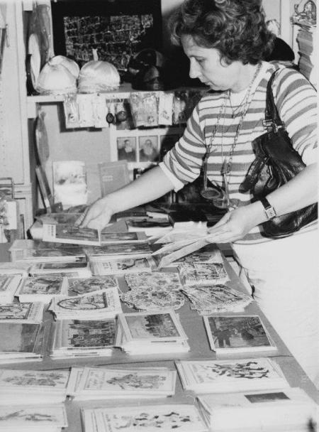 """Choisir sa carte de """"shana tova"""" à la librairie, années 80"""